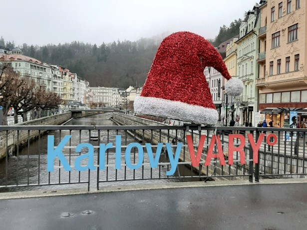 Popis: Zpívající strom, světelné brány, fontány i čepice rozsvítí letošní Vánoční trhy v Karlových Varech.