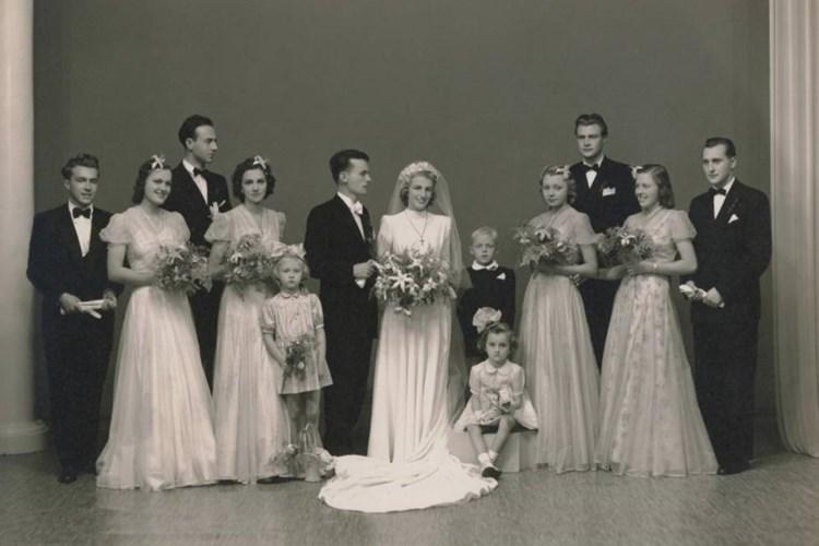 Výstava seznamuje s módními trendy a vývojem svatebních šatů