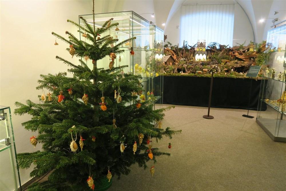 Popis: Hned dvěma tématům se věnuje výstava snázvem Vánoce svůní dřeva, vanilky a skořice.
