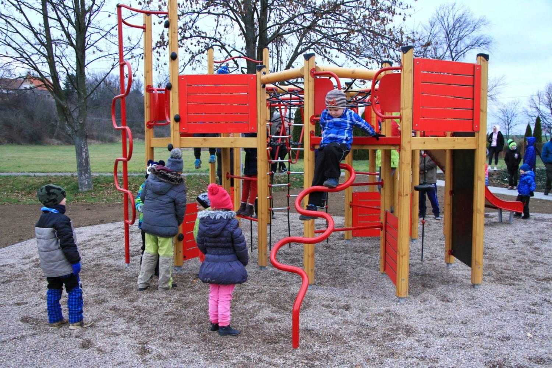 Starý dluh je vyrovnán: ve Vestci vzniklo  nové víceúčelové hřiště pro děti i dospělé