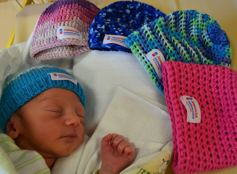 Ručně vyráběné čepičky potěší miminka Jesenické nemocnice