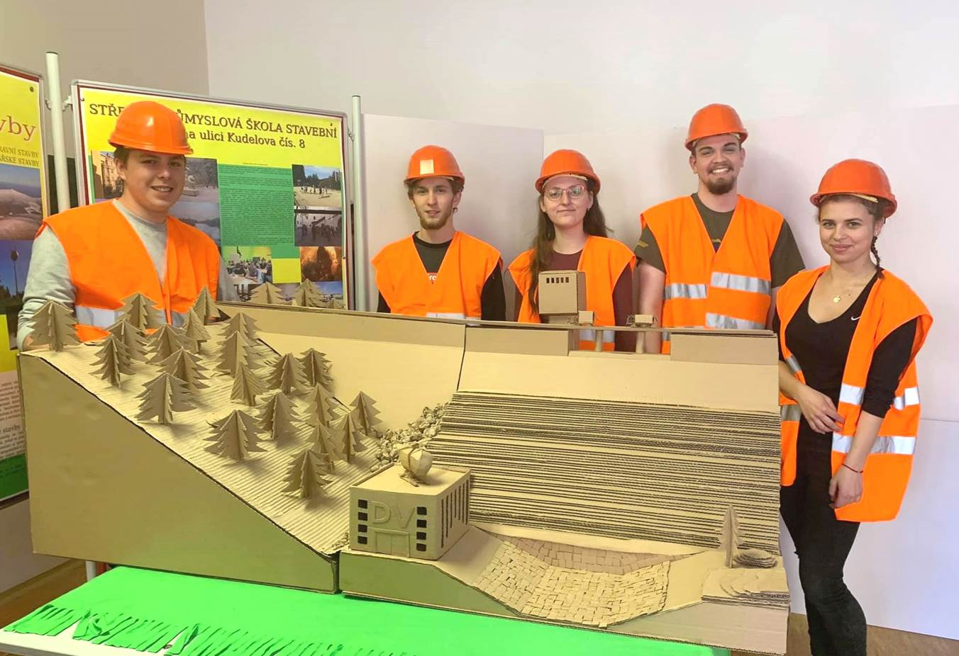 Studenti z Brna postavili vodní přehradní nádrž z vlnité lepenky