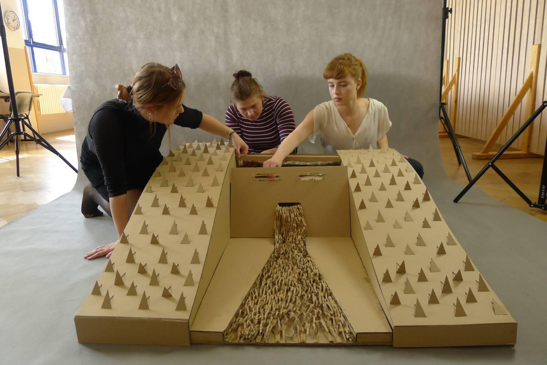 Studenti z Volyně postavili vodní přehradní nádrž z vlnité lepenky
