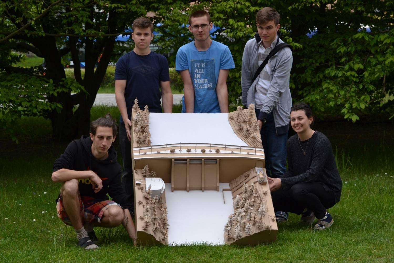Studenti z Kladna postavili vodní přehradní nádrž z vlnité lepenky