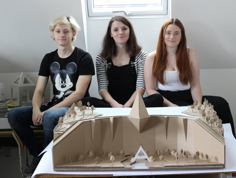Studenti z Kolína postavili vodní přehradní nádrž z vlnité lepenky