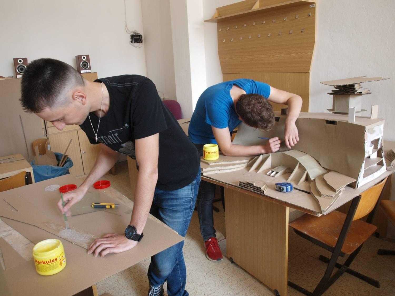 Studenti z Hradce Králové postavili vodní přehradní nádrž z vlnité lepenky