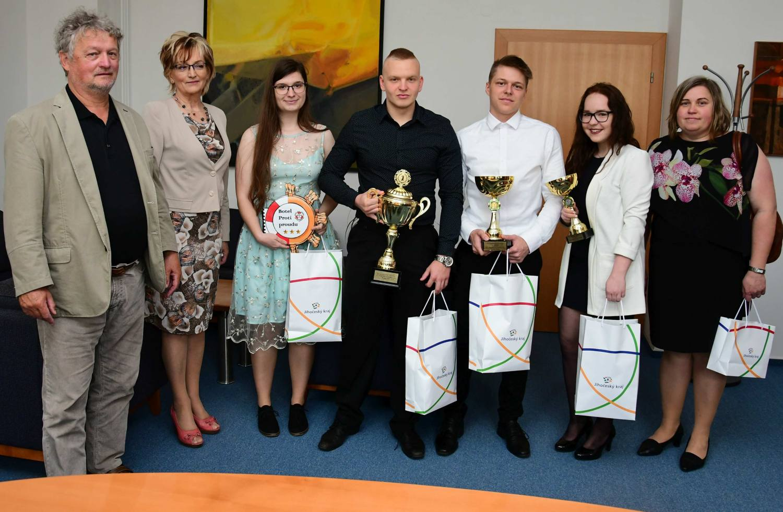 Náměstek hejtmanky Dvořák pogratuloval studentům za vítězství na Mezinárodním veletrhu fiktivních firem