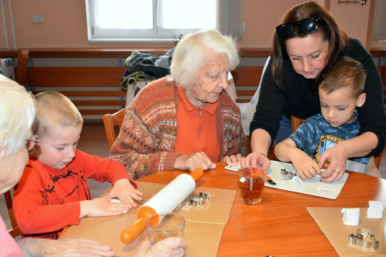 Děti z Větrné se pravidelně setkávají se seniory ze sousedství