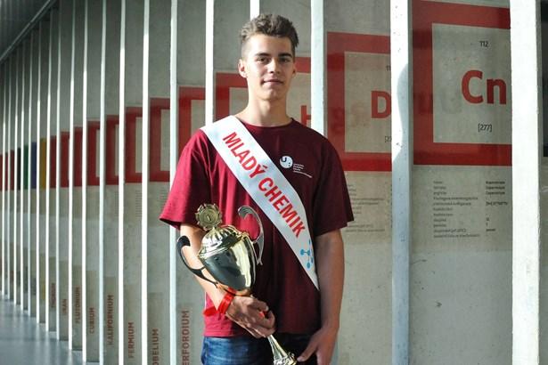 Popis: Vítěz žákovského mistrovství republiky v chemii Robin Dočekal ze Základní školy Letovice.