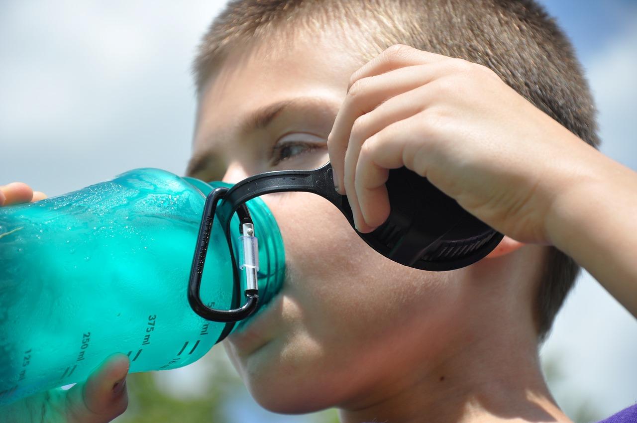 Pijte, i když nemáte žízeň. Dohlédněte, aby pravidelně pily i děti