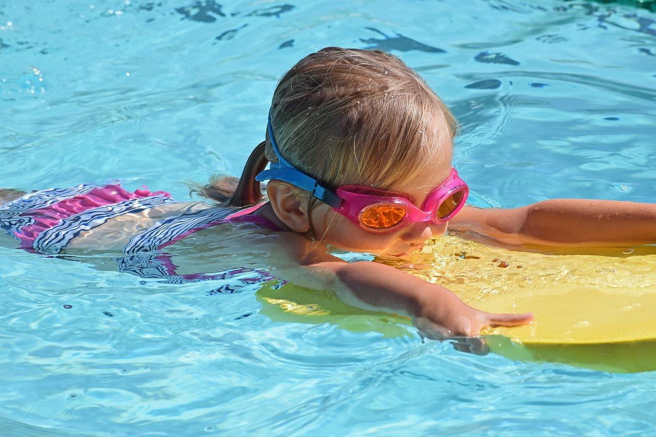Oční poradna: léto je tu! Jak si chránit oči při plavání?