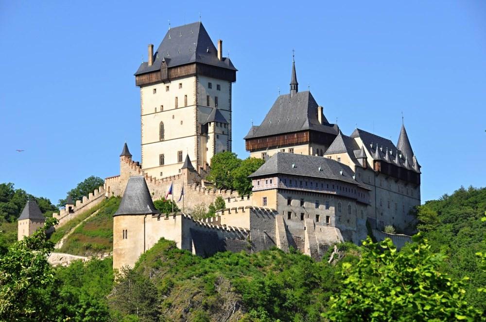 Popis: Pohled na hrad Karlštejn.