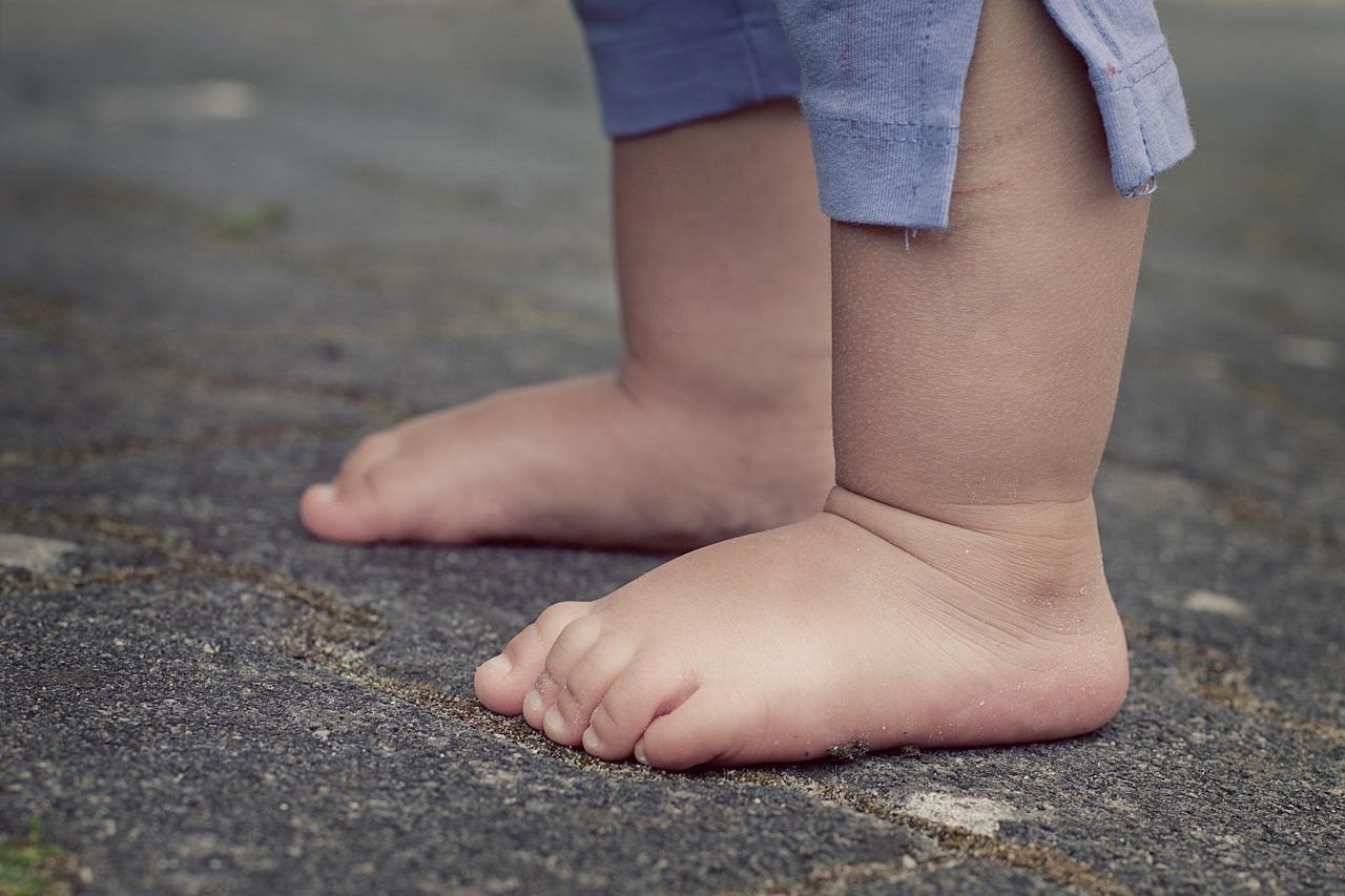 Bosá chůze prospívá chodidlům i celému tělu. Má však svá pravidla