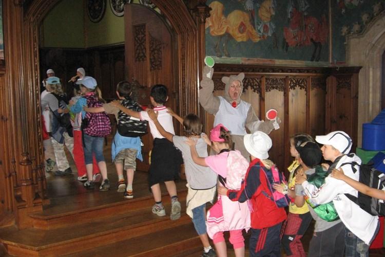 Hradem Bouzov děti provází průvodce ve stylizovaném kostýmu