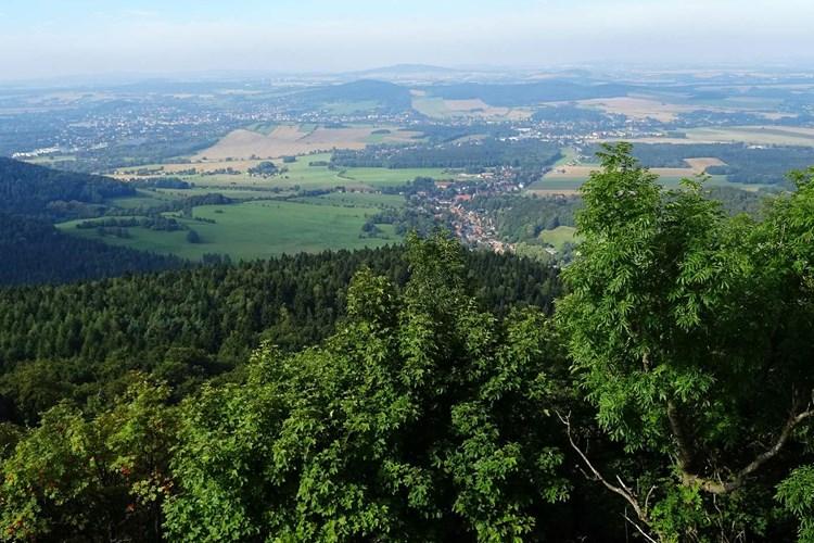 Vrchol hory Luž je oblíbeným turistickým cílem. Nabízí krásné výhledy do okolí