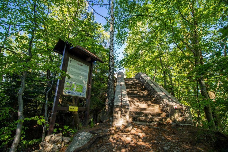 Vyhlídka Terezínka, která se nalézá na úbočí hory Muchov blízko Tanvaldu.