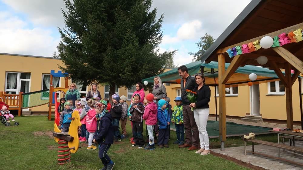 Děti z mateřinky v Radvanicích mají o zábavu postaráno, vyrostlo zde nové Oranžové hřiště