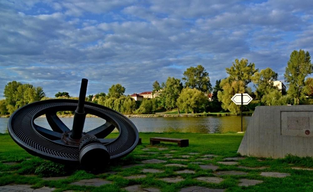 Popis: Regulátor na břehu řeky Vltavy pod mostem TGM v Kralupech nad Vltavou.