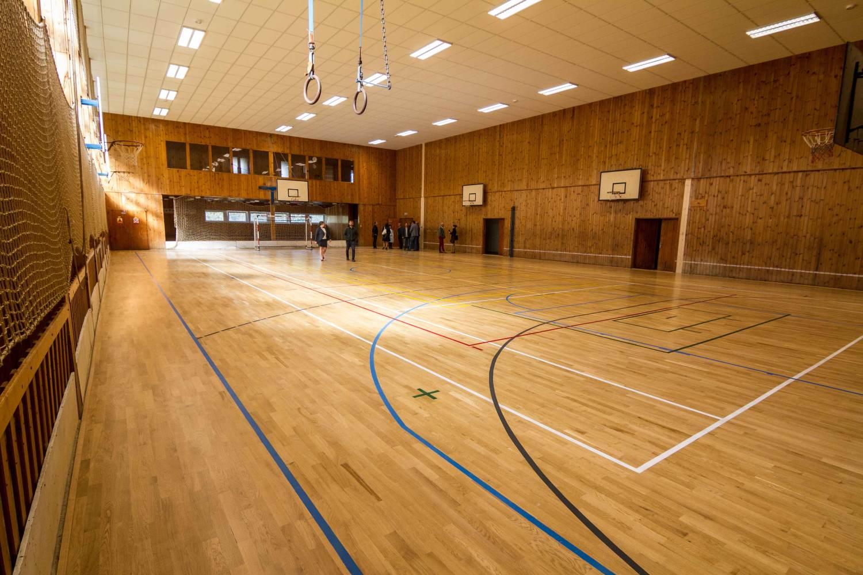 Nejstarší škola má opravenou tělocvičnu. Radost mají kováři i sedláři