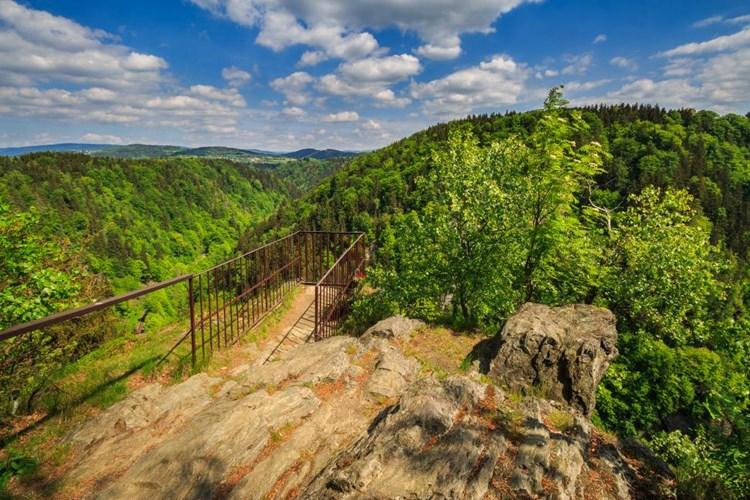 Krkavčí skála nabízí turistům za pěkného počasí nádherná panoramata