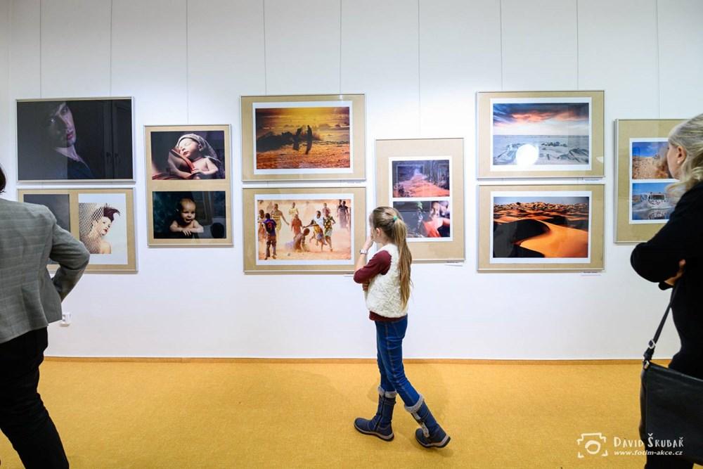 Popis: Snímek z vernisáže výstavy Petr Šigut - Krajina a něco navíc