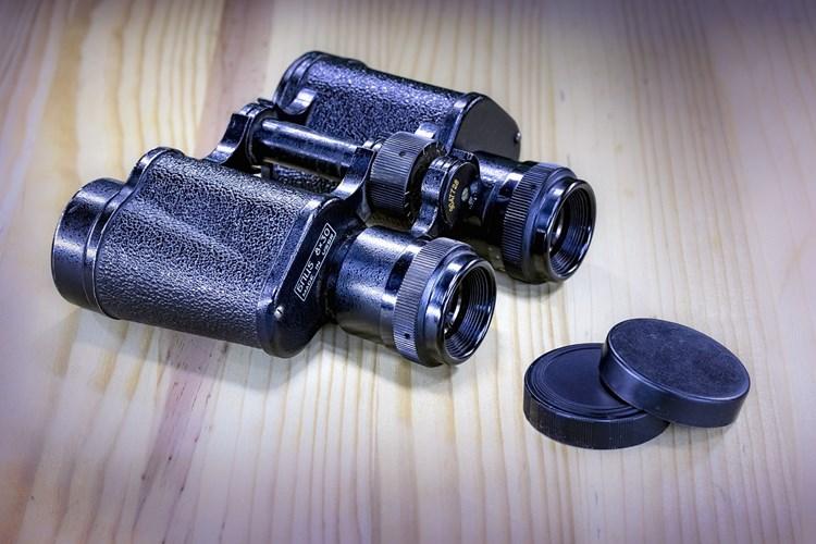 Výstava v Senátu umožňuje prohlédnout si objektivy, fotoaparáty, snímací kamery i dalekohledy