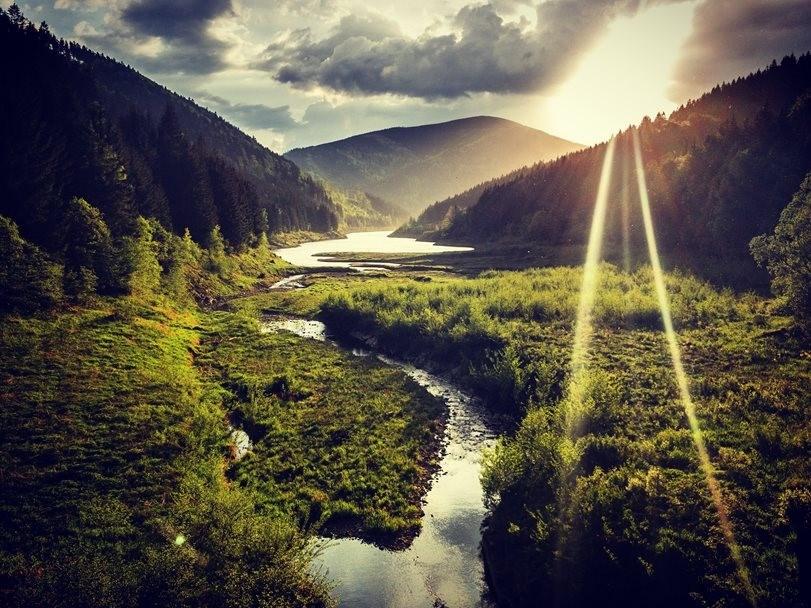 Popis: Pohled na přehradu Šanci a horu Smrk z Masarykova údolí.