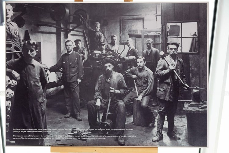Výstava zaznamenává provozy firmy Baťa ve zlínské továrně a její zaměstnance