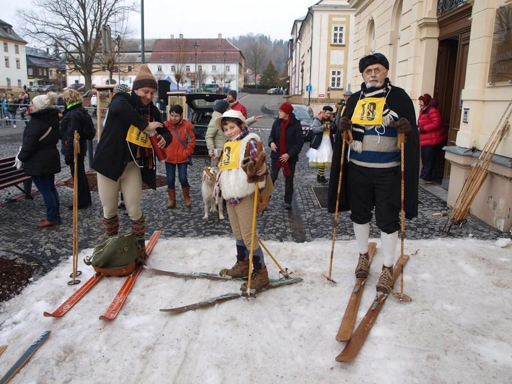 Popis: Snímek z loňského ročníku recesistického závodu Historická lyže.