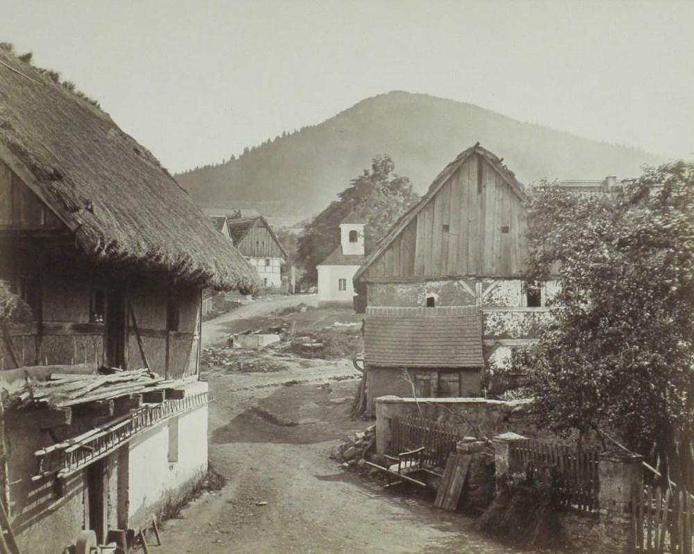 Popis: Jeden z vystavených snímků. Obec Bílka s pohledem na Milešovku. Rok 1872.