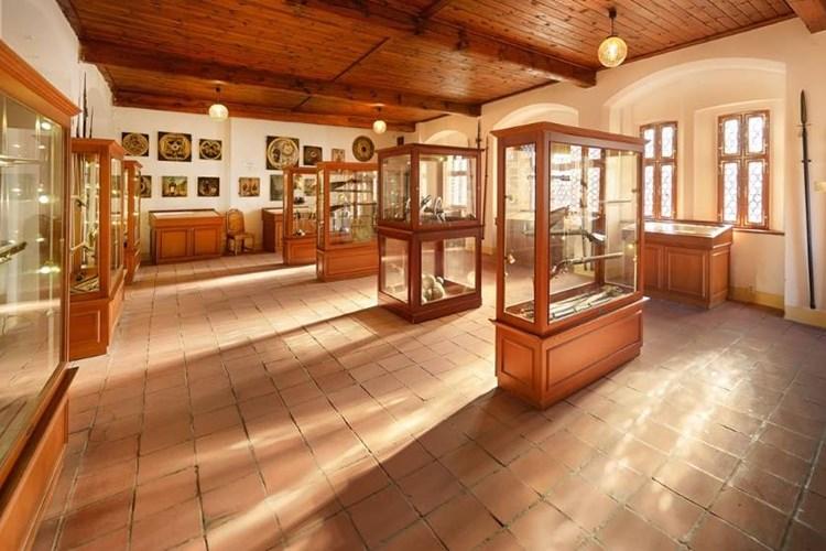 Stálá expozice zaujme historickými zbraněmi. Nechybí ani vojenské výstroje a přilbice