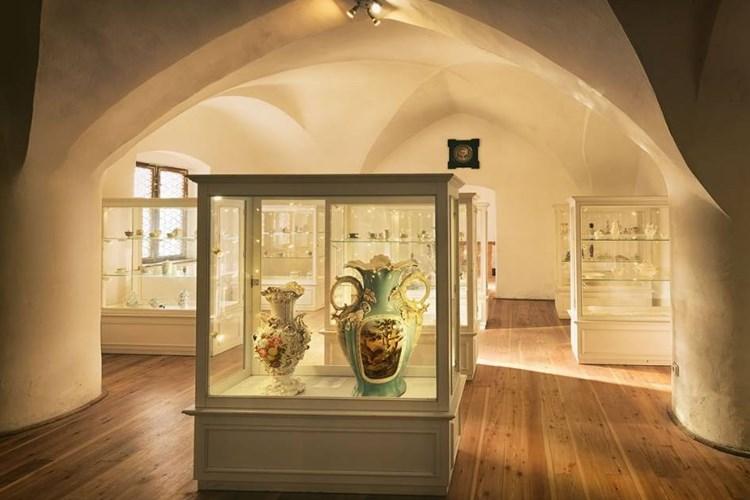 Hradním expozicím kraluje rozsáhlá sbírka porcelánu. Doplňuje ji sklo ze světoznámé sklárny Moser