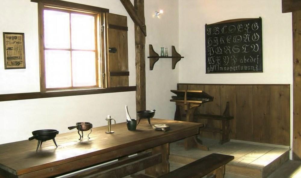 Popis: Školní třída ze 17. století (z doby Komenského).