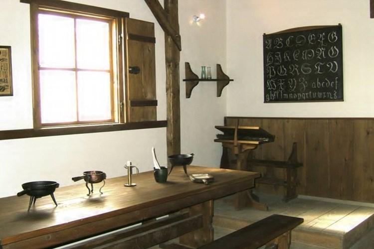 Ve školní třídě ze 17. století nechybí Komenského mapa Moravy, didaktické obrázky ani sluneční hodiny