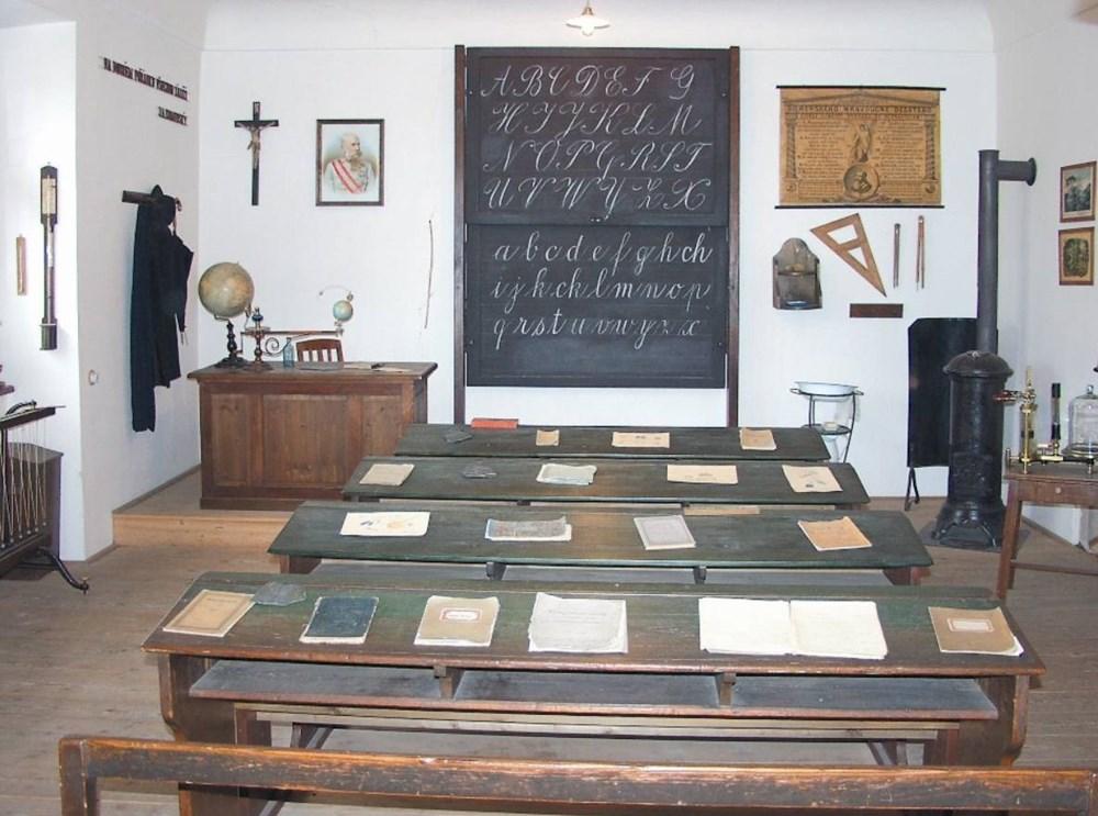 Popis: Školní třída a kabinet měšťanské školy z doby Rakousko-Uherska.