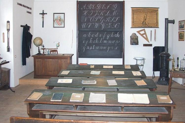 Dobové sešity, břidlicové psací tabulky, výkresy i psací potřeby. Taková je školní třída z doby Rakouska-Uherska