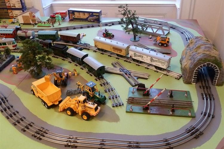 Stálá expozice ukazuje různě velká funkční kolejiště velikostí N, TT a H0 i zajímavé a unikátní modely