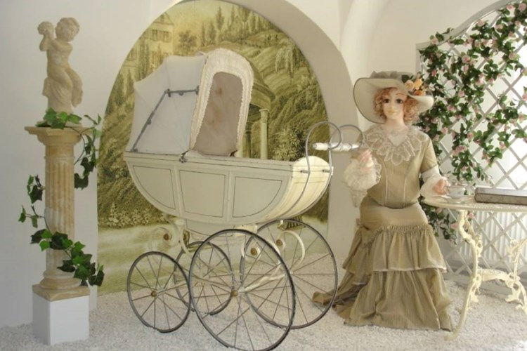 Expozice představuje vývoj dětského kočárku od počátku sériové výroby do konce 60. let 20. století