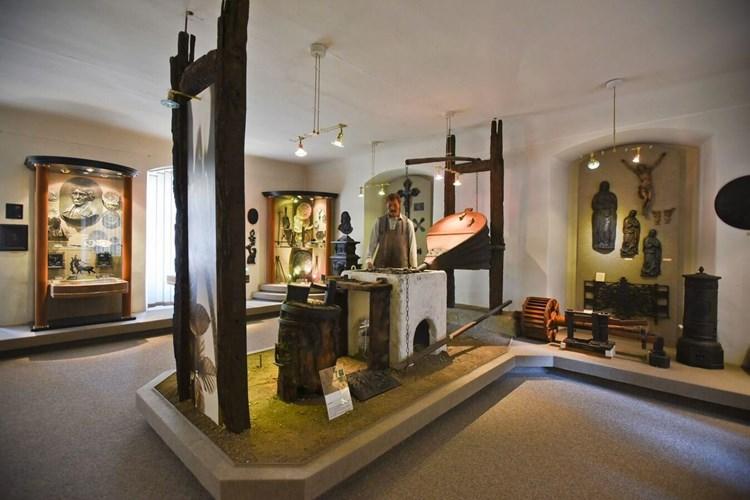 Expozice seznamuje návštěvníky s železářskou výrobou Rokycanska a Podbrdska od 14. století do poloviny 20. století