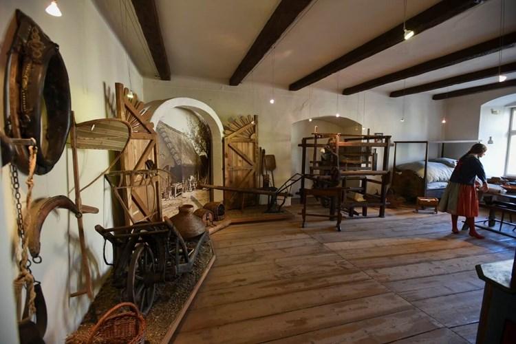 Expozice přibližuje bydlení na venkově v polovině 19. století. Malovaným nábytkem z obce Ejpovice
