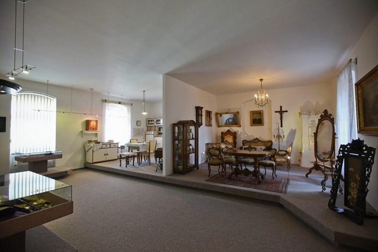 Součástí expozice Měšťanská domácnost na Rokycansku jsou i soubory skla či porcelánu