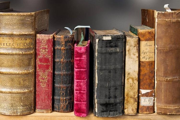 Výstava představuje více než tři desítky knih vzniklých v průběhu několika staletí