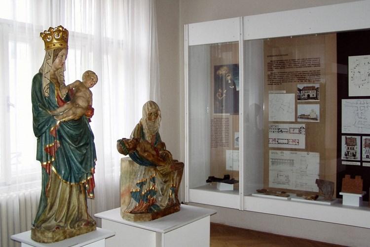 Expozice přibližuje dějiny města, které jsou od počátků spojené s blízkým Konopištěm