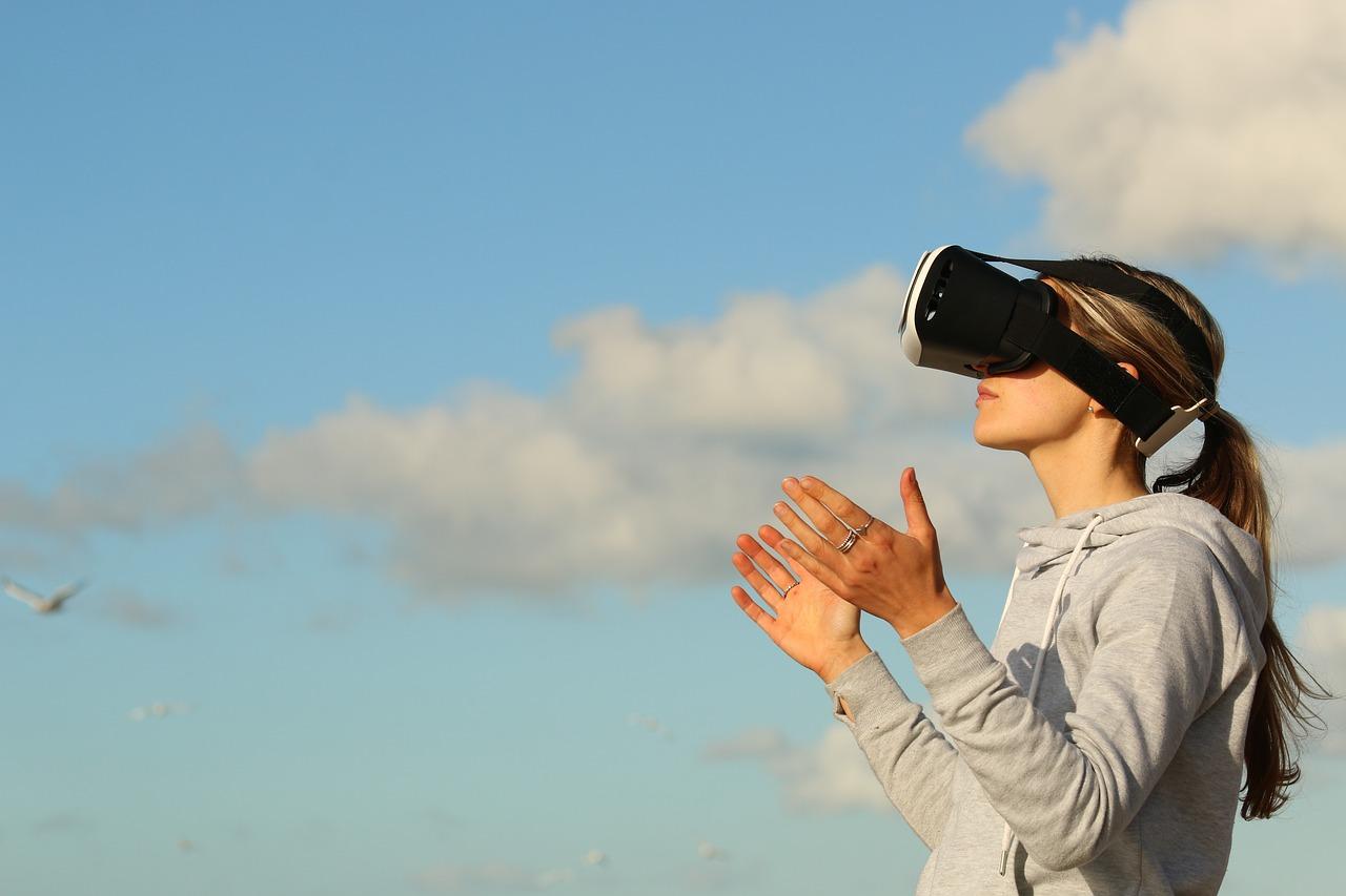 Virtuální realita i počítačová hra – výuka finanční gramotnosti baví čím dál víc žáků