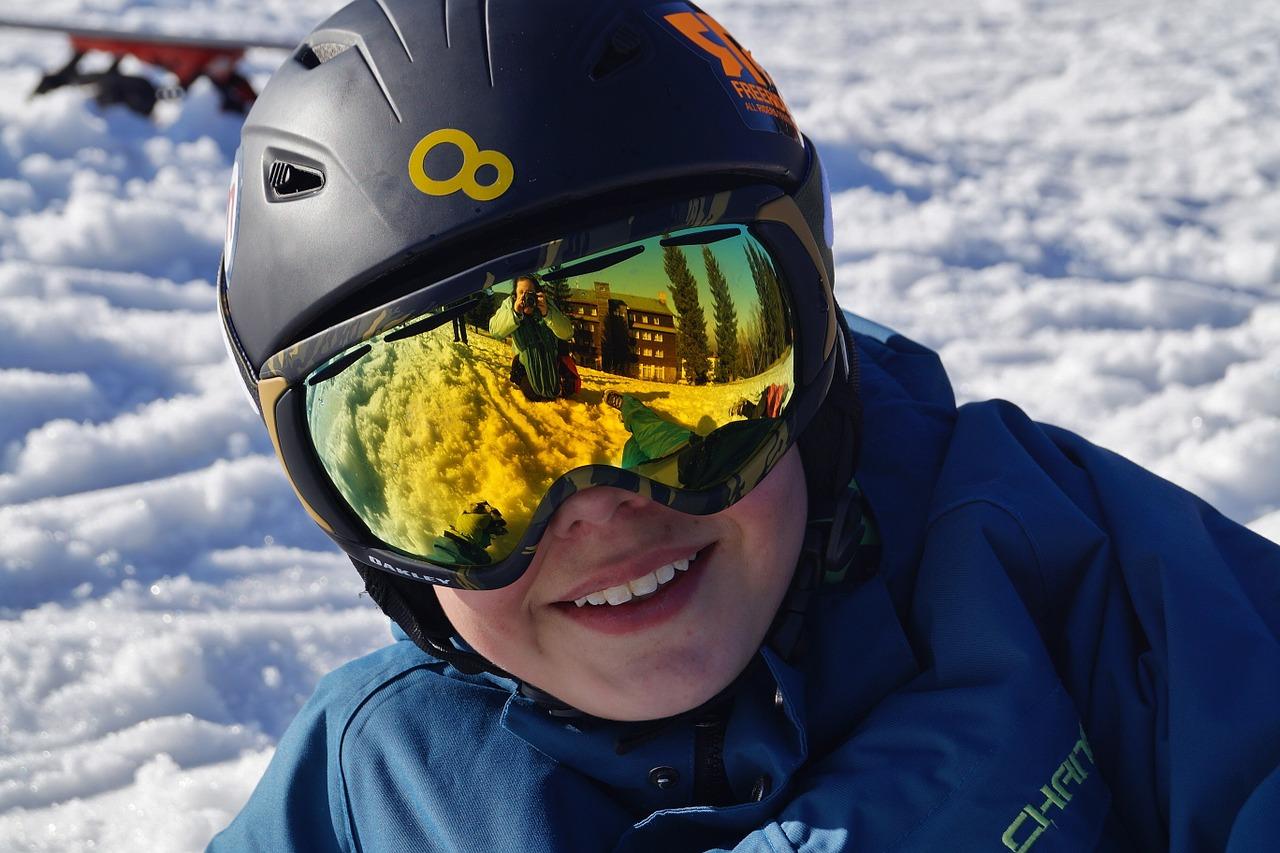 Oči a hory: v lyžařské výbavě by neměly chybět sluneční brýle i umělé slzy