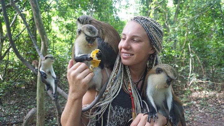 Popis: Alena Machálková při svém putování Afrikou.