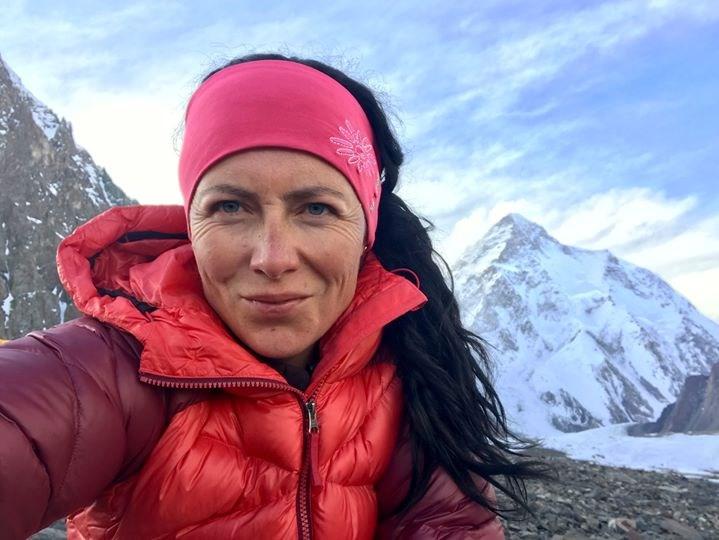 Popis: Klára Kolouchová na expedici v Himálajích.