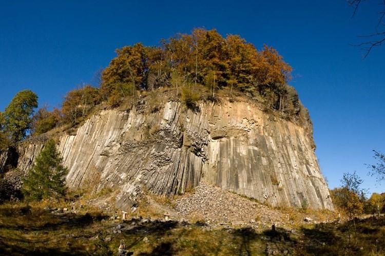 Zlatý vrch v Lužických horách je dvojčetem Panské skály