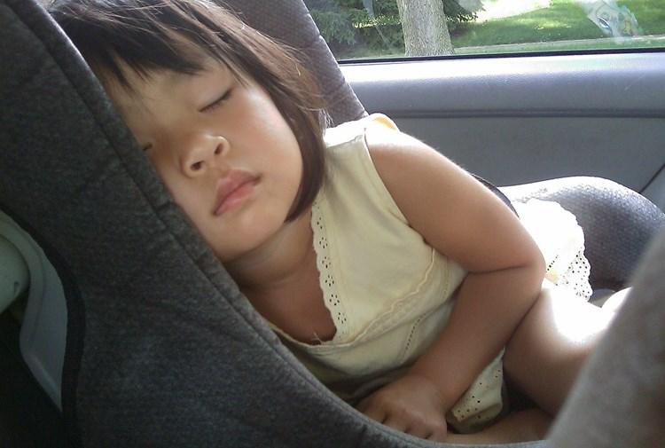 Do dětské autosedačky jen bez bundy. Vloni na sedadlech spolujezdců zemřelo 12 dětí