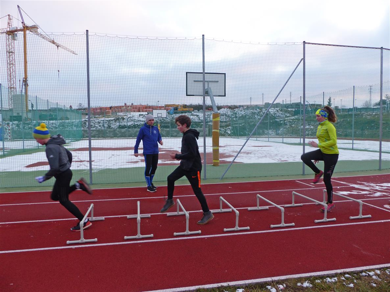 Mladí atleti trénovali na multifunkčním hřišti americký fotbal